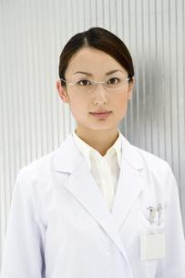 眼鏡をかけた女性研究員 FYI00910275