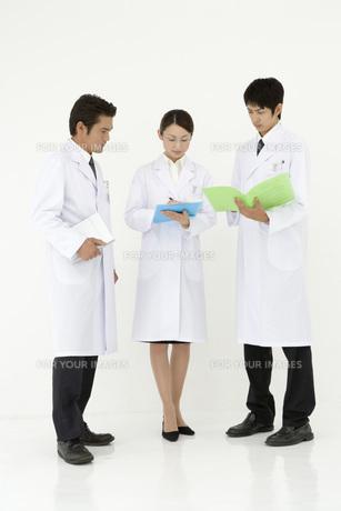 女性と二人の男性研究員 FYI00910303