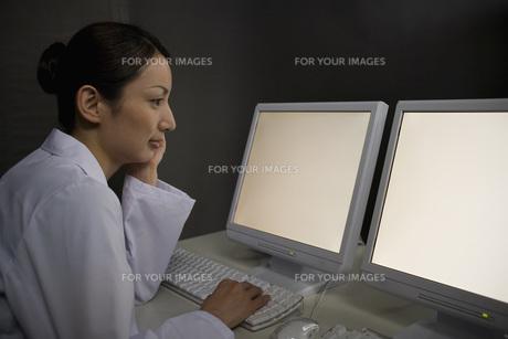 パソコンを見る女性研究員 FYI00910307