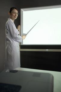 説明する女性研究員 FYI00910308
