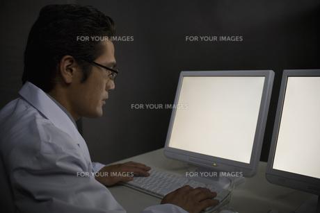 パソコンを見る男性研究員 FYI00910369