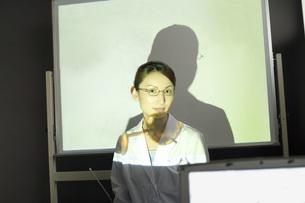 説明する女性研究員 FYI00910390