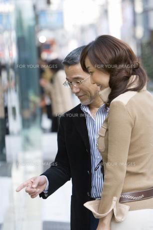 デートをする夫婦 FYI00910473