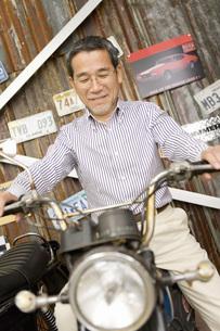 バイクに乗る男性 FYI00910545
