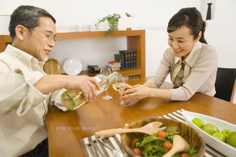 ワインを注ぐ夫婦 FYI00910548