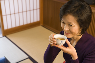 旅館でお茶を飲む女性 FYI00910598