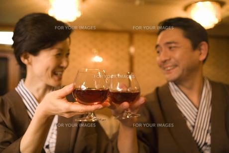 ブランデーで乾杯をする夫婦 FYI00910714