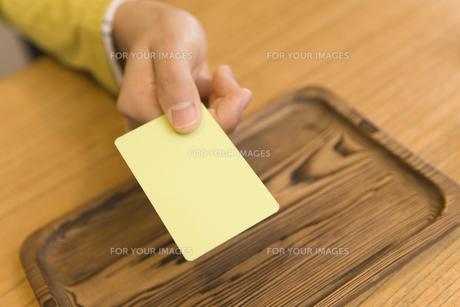 カードを出す手 FYI00910873
