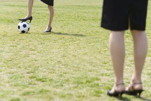 女性の足元とサッカーボール FYI00911059