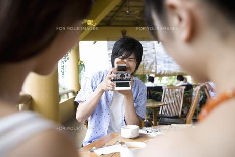 写真を撮る男性 FYI00911217