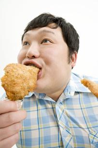 フライドチキンを食べる男性 FYI00911707