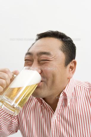 生ビールを飲む男性 FYI00911719