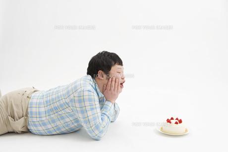 ショートケーキと男性 FYI00911733