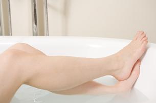 入浴する女性の足 FYI00912031