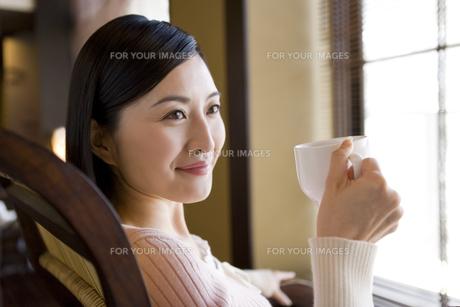 カップを持つ女性 FYI00912147