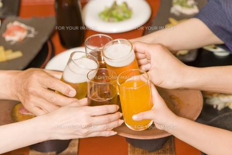 家族で乾杯 FYI00912205