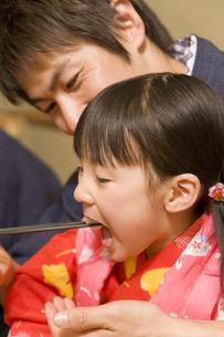 父親に食事を食べさせてもらう女の子 FYI00912248