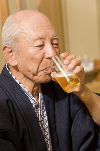 ビールを飲むシニア男性 FYI00912298