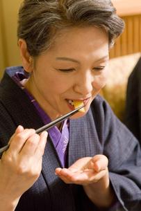 食事をするシニア女性 FYI00912313