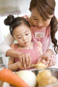 料理のお手伝いをする女の子 FYI00912356