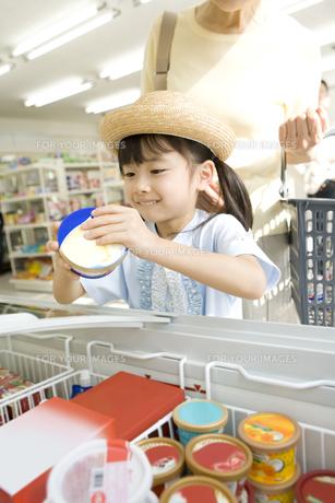 コンビニでアイスを選ぶ女の子 FYI00912399
