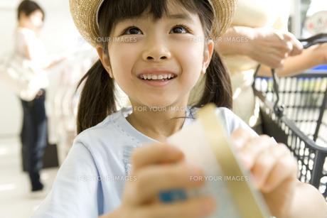 アイスを手に取る女の子 FYI00912522