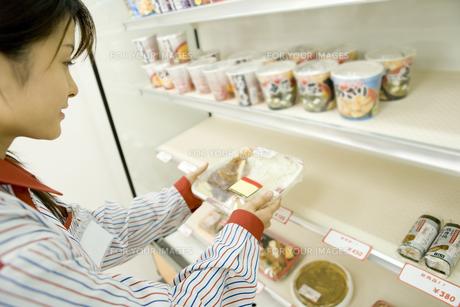 商品を並べるコンビニの店員 FYI00912572