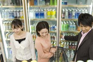 コンビニで買い物をする若者 FYI00912630