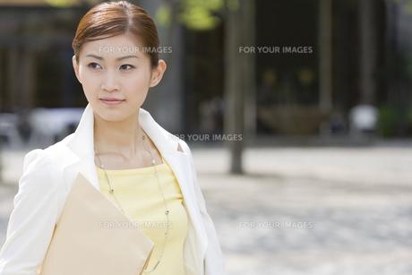 書類を抱えた女性 FYI00912652