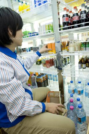 飲み物を整頓するコンビニの店員 FYI00912705