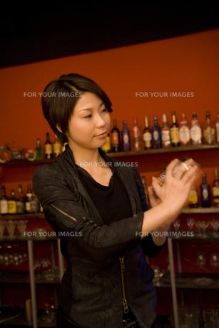 お酒を作る女性バーテンダー Fyi00912793 気軽に使える写真