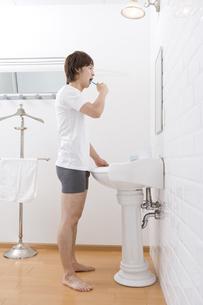 洗面所で歯磨きをする男性 FYI00913394