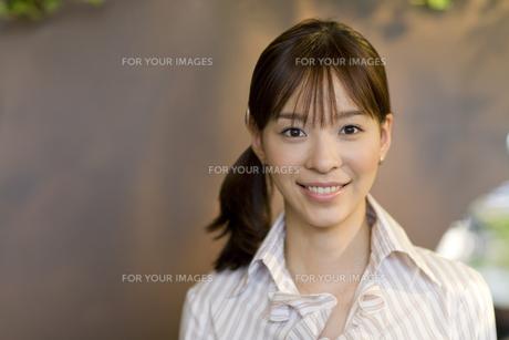 笑顔の女性 FYI00913578
