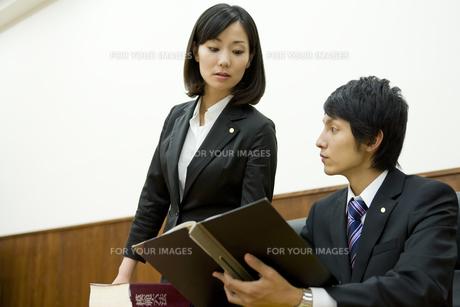 資料に目を通す弁護士 FYI00913589
