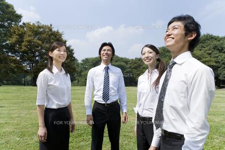 芝生の上に立つビジネスマンとOL FYI00913596