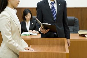 証言台に立つ女性に話しかける検事 FYI00913598