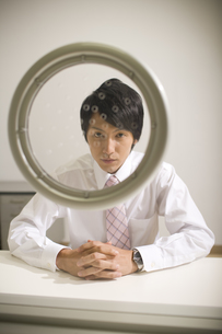 面会室に座るビジネスマン FYI00913605