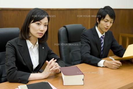 真剣な表情の弁護士 FYI00913616