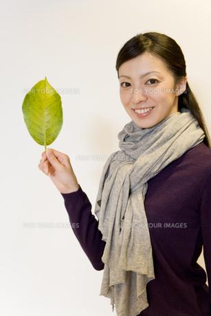 葉っぱを手に持った女性 FYI00913617
