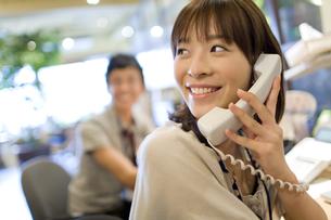 電話で会話している女性 FYI00913636