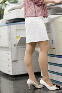 コピー機の前に立つ女性の下半身 FYI00913651