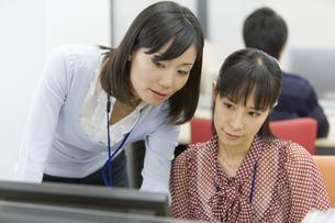 パソコンを見る2人の女性 FYI00913654