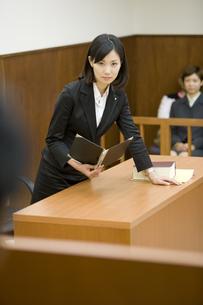 裁判官に意見を言う弁護士 FYI00913655