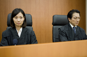 法廷に座る裁判官 FYI00913663