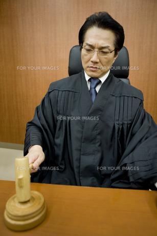 判決を下す裁判官 FYI00913667