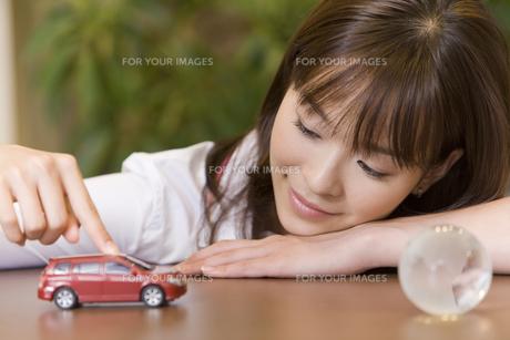ミニカーを走らせている女性 FYI00913674
