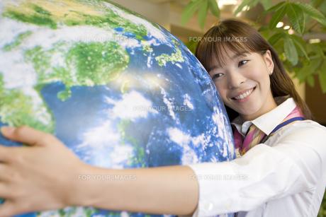 地球に抱きつく女性 FYI00913686