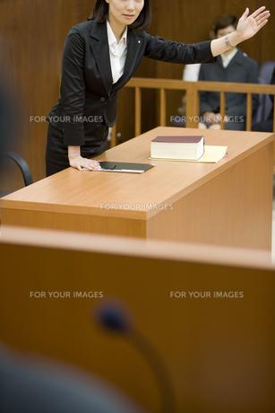 裁判官に意見を言う弁護士 FYI00913687