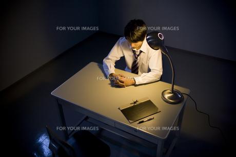 取調室に座ったビジネスマン FYI00913706
