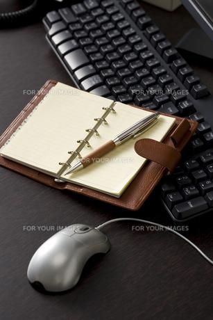 オフィスのデスクイメージ FYI00913735
